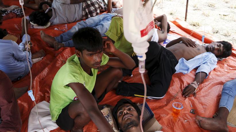 Indonesien: Dehydrierte und erschöpfte Anhänger der Royinga-Minderheit werden in Indonesien versorgt.