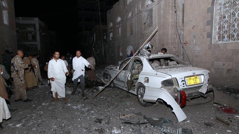 Jemen: Ein Autowrack steht am Anschlagsort in Sanaa.