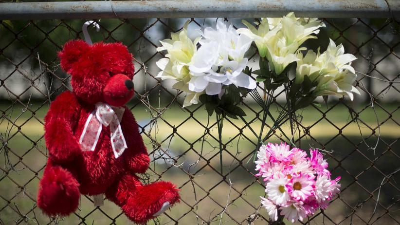 South Carolina: Blumen und ein Plüschtier erinnern unweit des Tatorts an den erschossen Walter Scott.