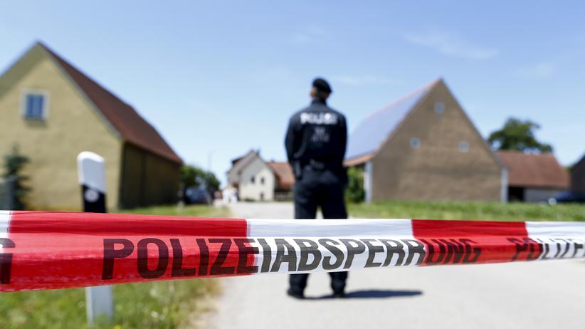 Eine Polizeiabsperrung in Tiefenthal nahe Ansbach