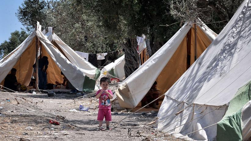 Ein Flüchtlingskind steht in einem provisorischen Lager nahe der Stadt Mytilini auf der griechischen Insel Lesbos.