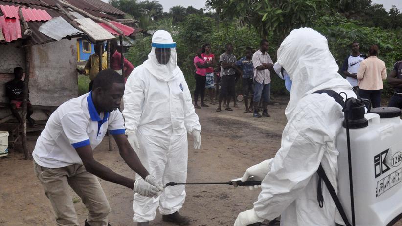 Liberia : Mitarbeiter im Gesundheitswesen desinfizieren ihre Hände, nachdem sie Kontakt mit Ebola-Patienten hatten.