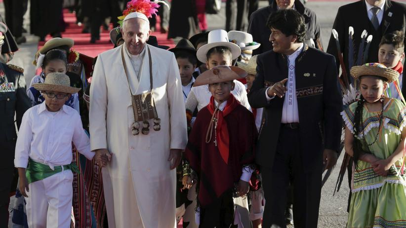 Bolivien: Franziskus bekommt zur Begrüßung Koka-Blätter
