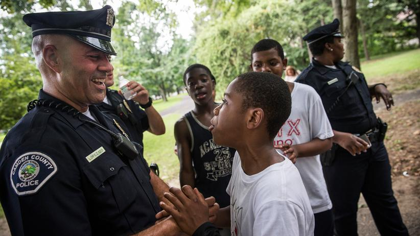 Polizeireform: Polizeibeamte in Camden mit schwarzen Jugendlichen bei einem von der Polizei organisierten Aktionstag