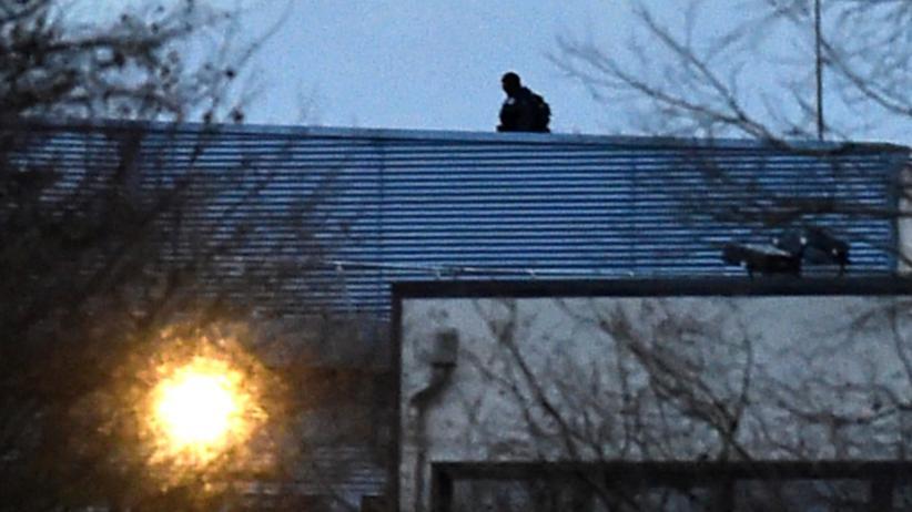 """""""Charlie Hebdo"""": Sicherheitskräfte auf dem Dach der Druckerei in Dammartin-en-Goële, in der sich Lilian Lepère versteckte"""