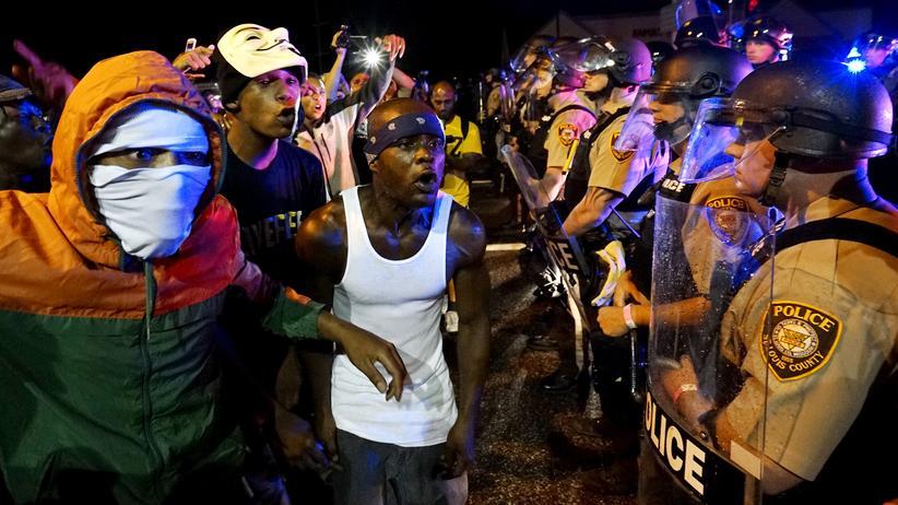 Michael Brown: Konfrontation zwischen Polizisten und Demonstranten in der Nacht zum 10. August