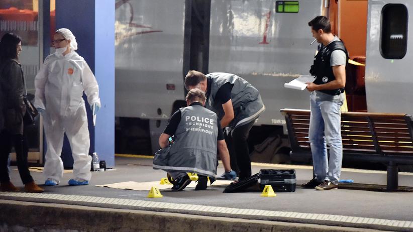 Thalys: Polizisten untersuchen den Thalys-Zug im französischen Arras.