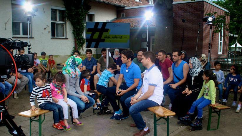 """Jaafar Abdul Karim mit seiner Sendung """"ShababTalk"""" in einem Berliner Flüchtlingsheim"""