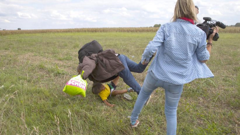 Die Aufnahmen zeigen, wie die Kamerafrau Flüchtlinge tritt.