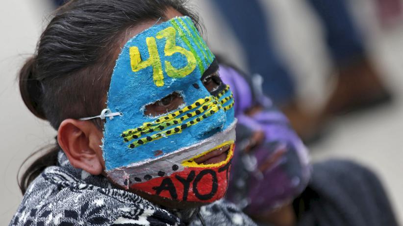 Protest: Die Nummer 43 auf der Maske dieses Demonstranten in Mexiko-Stadt steht symbolisch für die 43 vermissten Studenten.