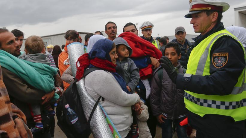 Wien: Flüchtlinge warten in Nickelsdorf auf ihre Weiterreise.