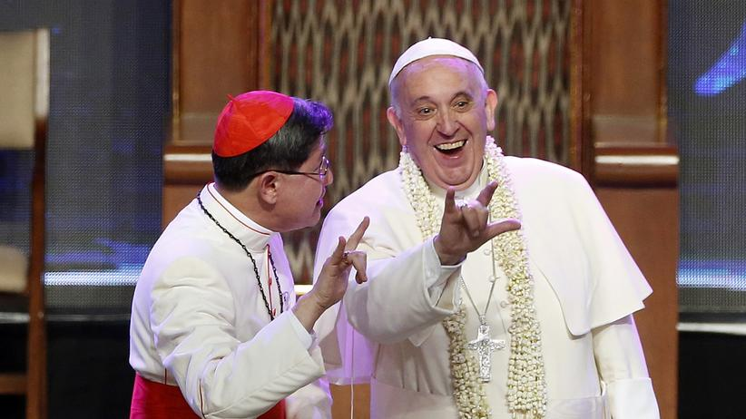Vatikan: Papst Franziskus wird bei einer Generalaudienz im Vatikan von frisch verheirateten Ehepaaren begrüßt. Das Kirchenoberhaupt will Menschen, die schon einmal verheiratet waren, in der katholischen Kirche besserstellen.