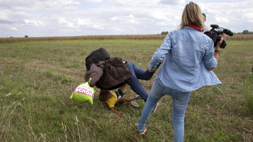 Ungarn: Ein Flüchtling stürzt mit einem Kind auf dem Arm, nachdem die Kamerafrau ihm ein Bein gestellt hat.