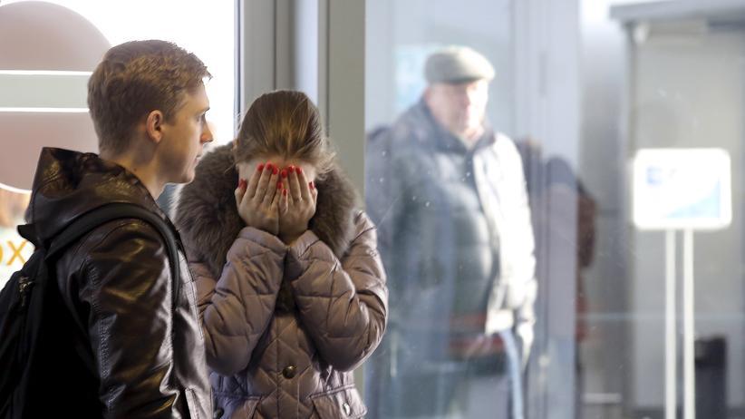 Airbus-Absturz: Am Flughafen von St. Petersburg reagieren Wartende mit Trauer und Betroffenheit auf die Nachricht vom Absturz des Airbus in Ägypten.