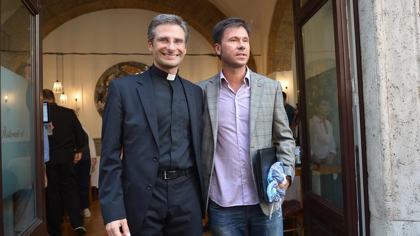 Katholische Kirche: Krzysztof Charamsa (links) mit seinem Partner Edouard am 3. Oktober 2015 in Rom