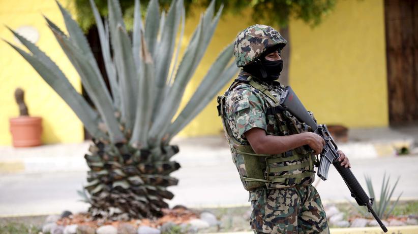Ein mexikanischer Soldat beteiligt sich an einer Suchaktion nach El Chapo.