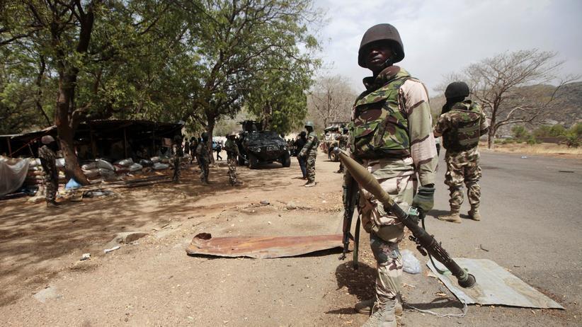 Terrorattacke: Ein Soldat bewacht einen Grenzposten in Gwoza, nachdem die Stadt von der Terrorgruppe Boko Haram befreit wurde (Archiv).