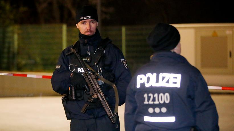 Anschläge in Paris: Polizisten beim Einsatz im Berliner Stadtteil Britz: Zwei Menschen wurden im Oktober verhaftet, weil sie verdächtigt wurden, einen Terroranschlag geplant zu haben.