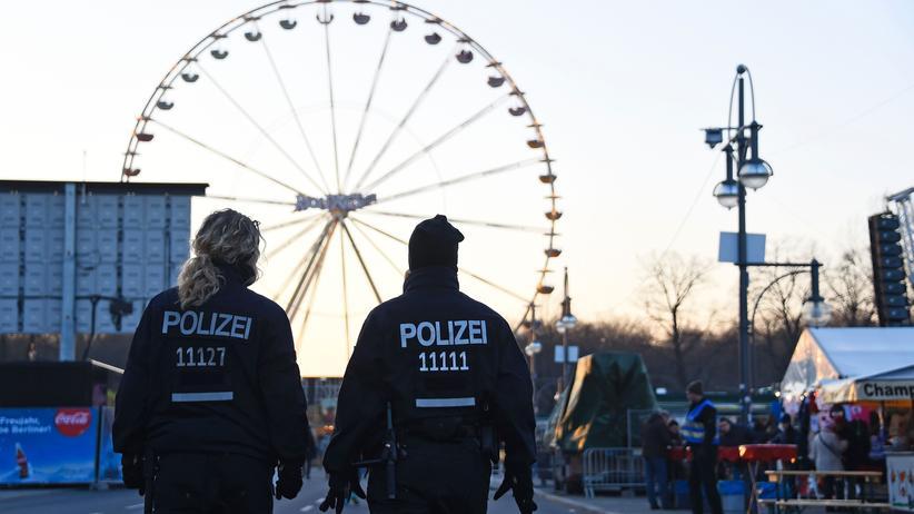 Polizisten am Brandenburger Tor: Auch Berlin erhöht die Sicherheitsvorkehrungen.