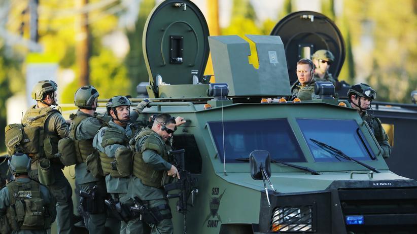 US-Polizisten in San Bernardino kurz nach der Schießerei in einer Behinderteneinrichtung