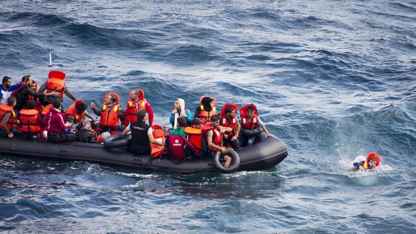 Ein Flüchtlingsboot in der Nähe der griechischen Insel Lesbos