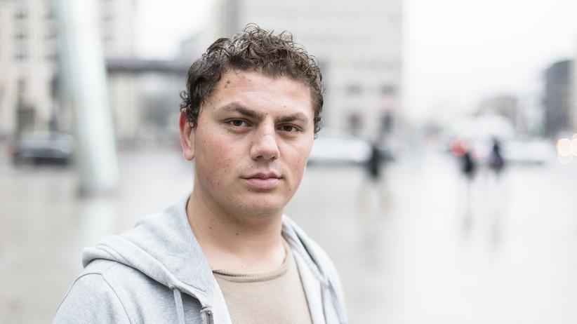 Ammar B., 22, muslimischer Kurde. Seine Familie stammt aus Kobane, er hat in Damaskus gelebt und dort die Schule abgeschlossen, bevor der Krieg ausbrach.