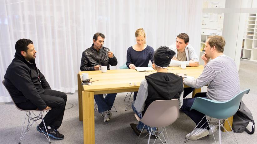 Gespräch in der Redaktion von ZEIT ONLINE, von links nach rechts: Übersetzer Hassan, Mohammad F., Redakteurin Frida Thurm, Mohammad B. (vorn), Ammar B., Redakteur Christian Bangel (vorn). Nicht im Bild: Mamoun H.