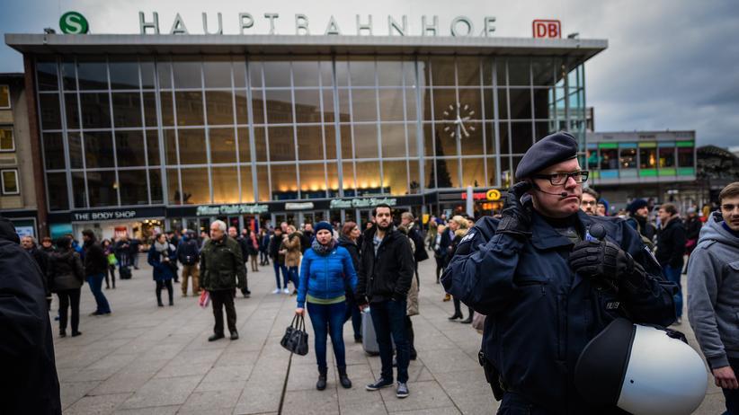 Übergriffe in Köln: Polizei vor dem Kölner Hauptbahnhof