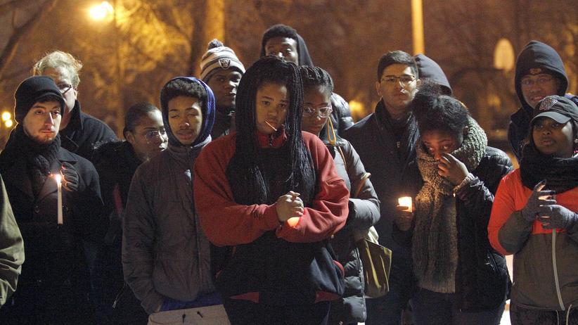 USA: In Chicago versammeln sich Menschen in Gedenken an Bettie Jones und Quintonio LeGrier, die von Polizisten erschossen wurden. (Bild vom 29. Dezember)