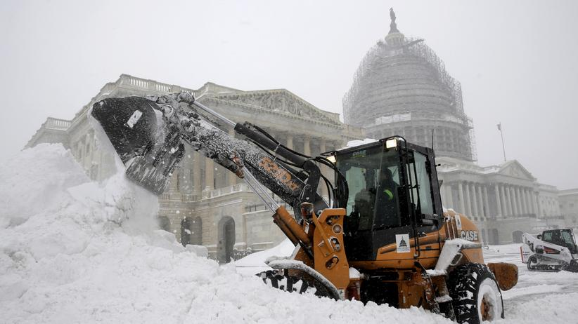 Auf dem Capitol Hill in Washington wird Schnee weggeräumt.