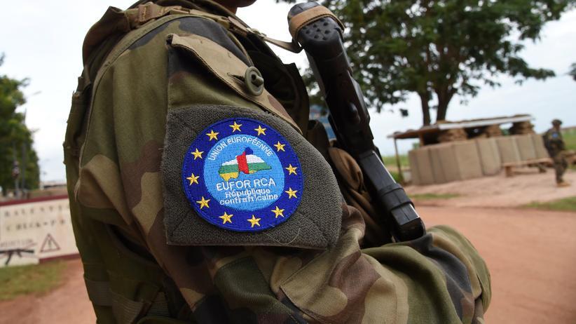 Soldaten der European Union Force (Eufor) patrouillieren mit Polizisten durch die Hauptstadt der Zentralafrikanischen Republik, Bangui.