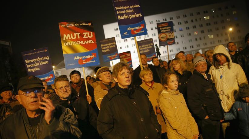 AfD-Anhänger während einer Rede von Frauke Petry in Dessau (Oktober 2015)