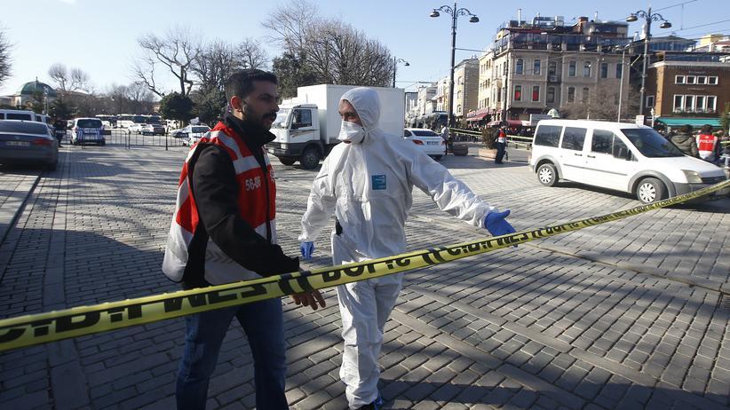 Einsatzkräfte am abgesperrten Tatort nahe der Blauen Moschee