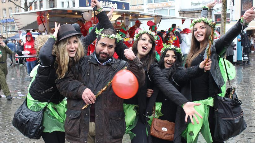 Köln: Miriam, Jaky, Fady Jomar, Jasmin, Katrin (v.l.) feiern beim Kölner Karneval auf dem Heumarkt. Wenn die vier jungen Frauen keine Feen sind, studieren sie.