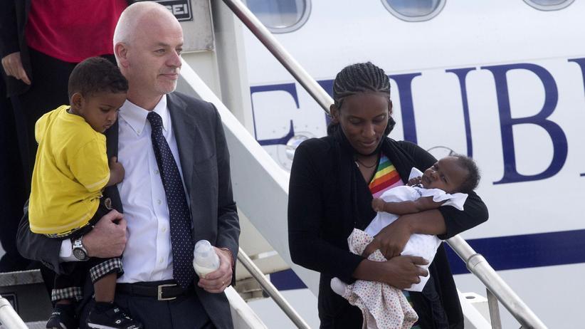 Christenverfolgung: Meriam Ibrahim bei ihrer Ankunft in Rom, bgleitet vom italienischen Vizeaußenminister Lapo Pistelli