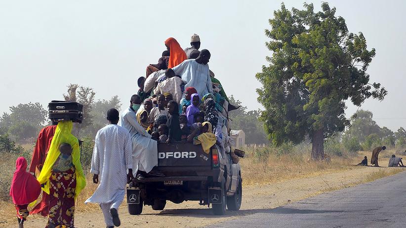 Boko Haram: Menschen fliehen auf einem Pick-up vor der Islamistenmiliz Boko Haram im Nordosten Nigerias.