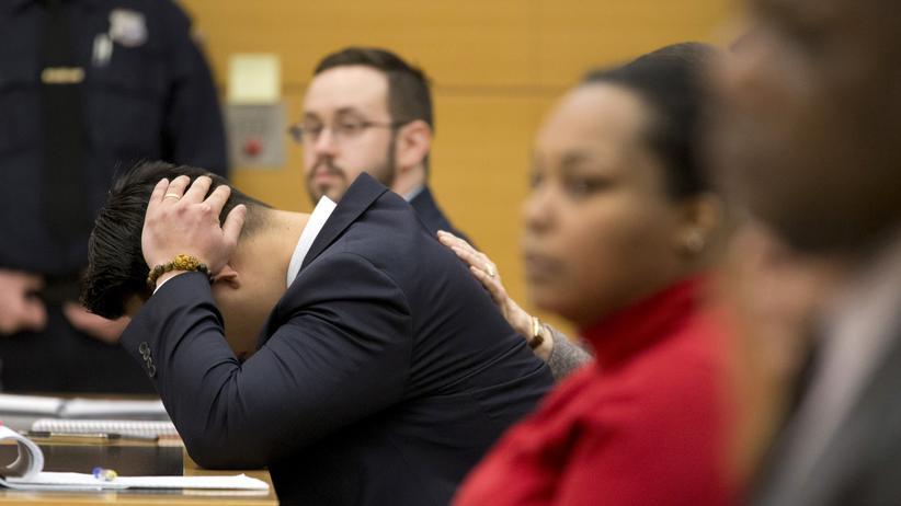 Der angeklagte New Yorker Polizist reagiert auf den Schuldspruch wegen Totschlags.