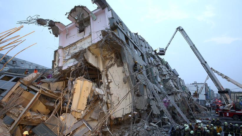 Nach einem Erdbeben der Stärke 6,4 versuchen Rettungsteams, die Bewohner eines eingestürzten Gebäudes in Tainan im Süden Taiwans zu bergen.
