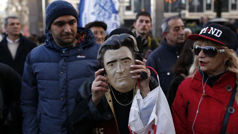 Radovan Karadžić: Eine serbische Ultranationalistin trägt auf einer regierungskritischen Demonstration am 24. März 2016 in Belgrad eine Karadžić-Maske.