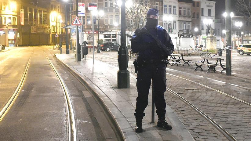 Brüssel: Belgische Polizisten sichern bei einem Antiterroreinsatz eine Straße in Forest, einem Vorort von Brüssel.