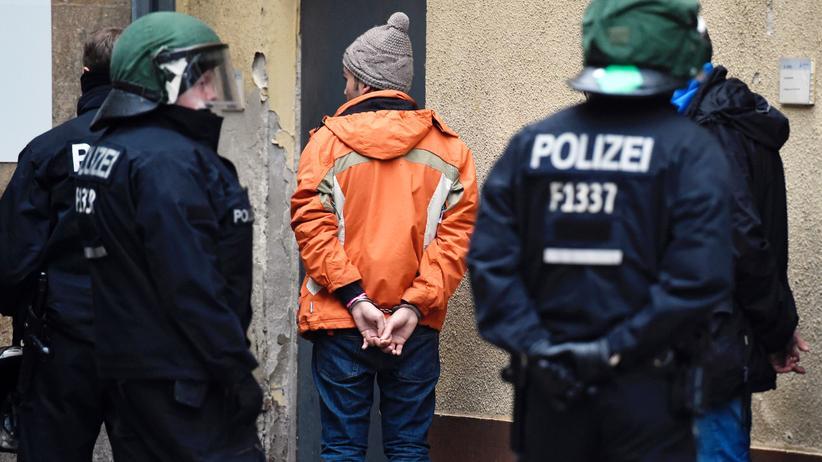 Polizeiliche Kriminalstatistik: Polizisten haben Bewohnern der Flüchtlingsunterkunft Berlin-Tempelhof Handschellen angelegt, nachdem eine Schlägerei ausgebrochen war. (29.11.2015)