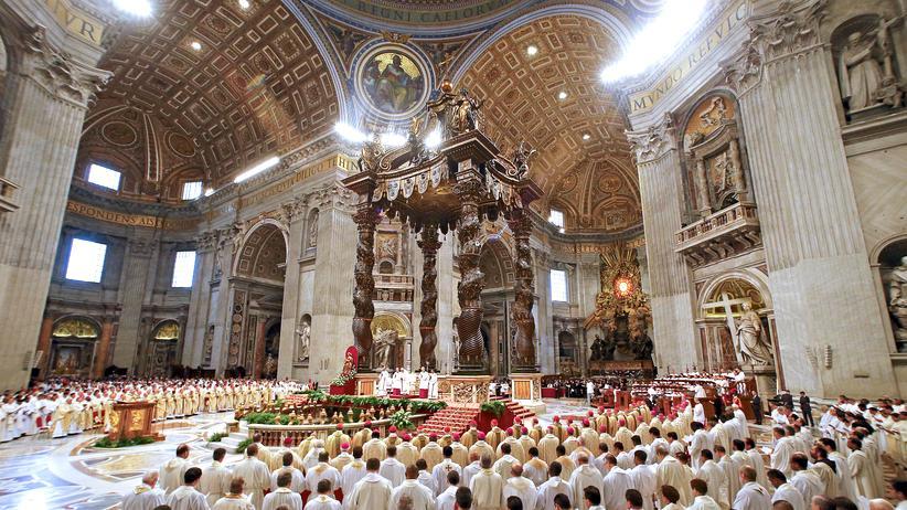Franziskus: Papst Franziskus hält die christliche Messe am Gründonnerstag im Petersdom.