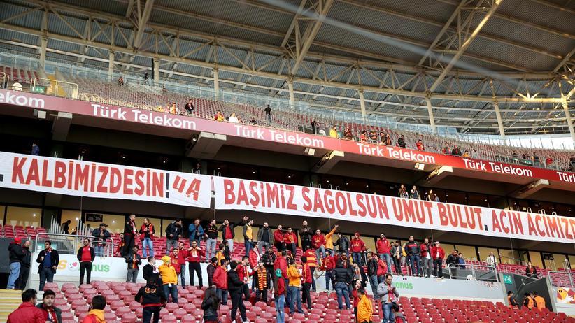 Fans von Galatasaray Istanbul verlassen das Stadion nach der Spielabsage.