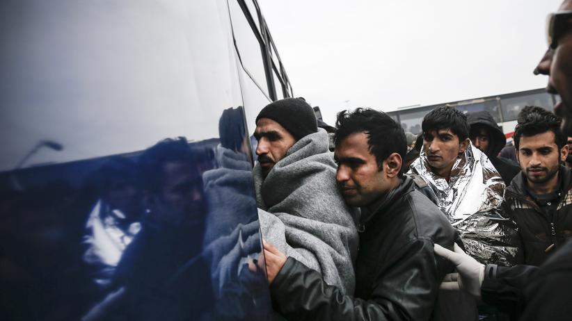 Flüchtlingskrise: Flüchtlinge in Griechenland auf dem Weg zu einem Registrierungszentrum