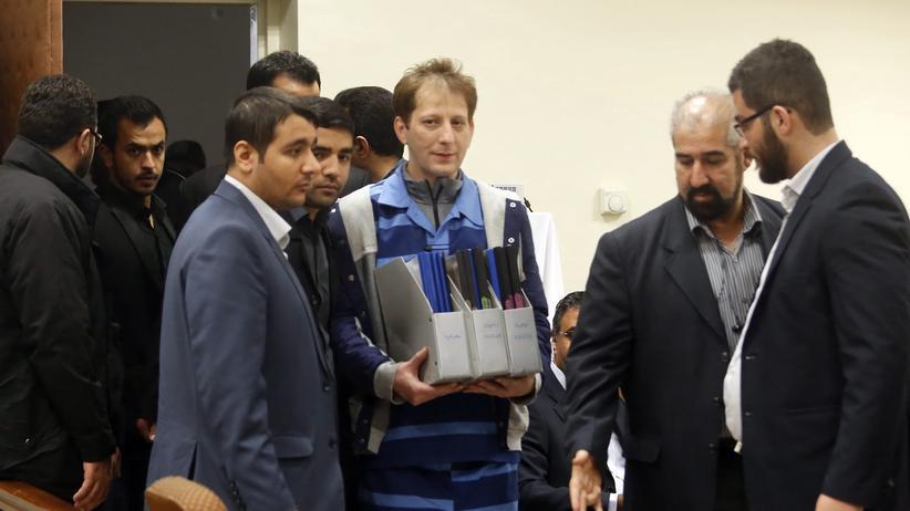 Iran: Der iranische Multimilliardär Babak Sandschani (Mitte) am 1. November 2015 im Gerichtssaal in Teheran