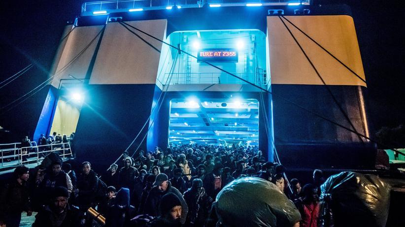 Flüchtlinge auf dem Weg zur Fähre von Lesbos aufs griechische Festland (Archiv)