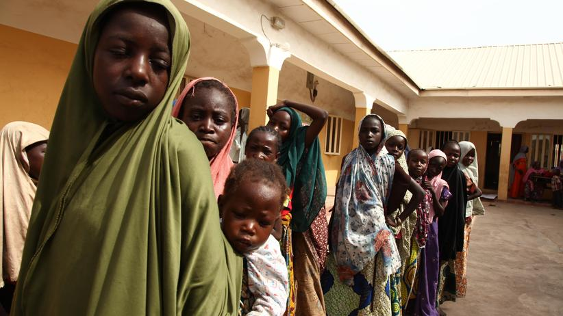 Boko Haram: Diese Mädchen wurden im vergangenen Jahr aus den Händen der Boko Haram gerettet und leben seither in einem Flüchtlingslager.