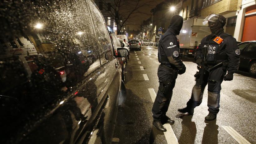Brüssel: Polizisten an einem Checkpoint während einer Razzia am Donnerstagabend in Brüssel-Schaerbeek