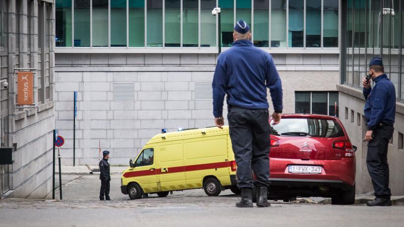 Salah Abdeslam: Der mutmaßliche Paris-Attentäter, Salah Abdeslam, wird in einem Krankenwagen aus einem Brüsseler Polizeigebäude gefahren.