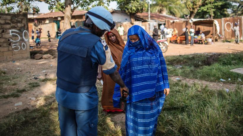 UN-Friedenstruppen fahren durch eine Straße in Bangui, Zentralafrikanische Republik.